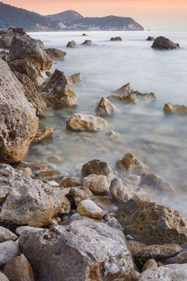 Por do sol sobre um litoral rochoso, Lefkada Grécia imagens de stock royalty free