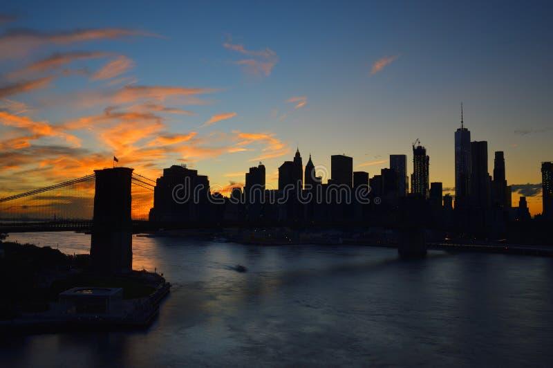 Por do sol sobre um Manhattan fotos de stock