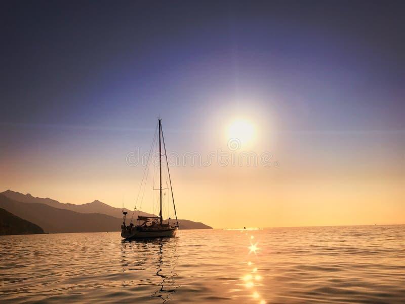 Por do sol sobre um mar Mediterrâneo bonito fotografia de stock
