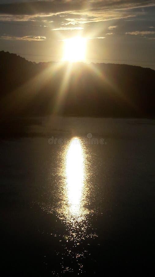 Por do sol sobre um rio, sol sobre uma floresta imagens de stock