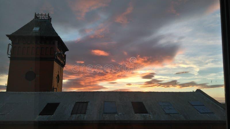 Por do sol sobre um telhado da construção fotos de stock royalty free