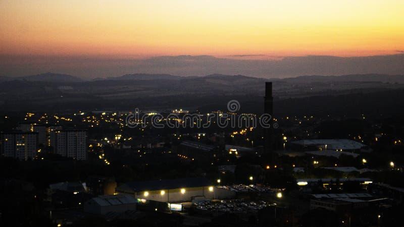 Por do sol sobre uma cidade industrial fotos de stock