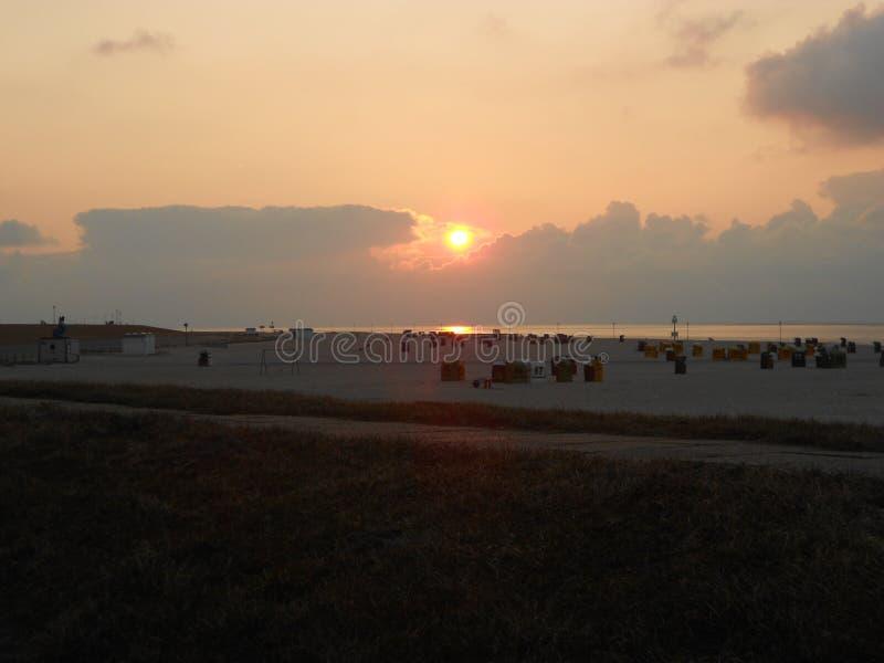 Por do sol sobre uma praia foto de stock royalty free