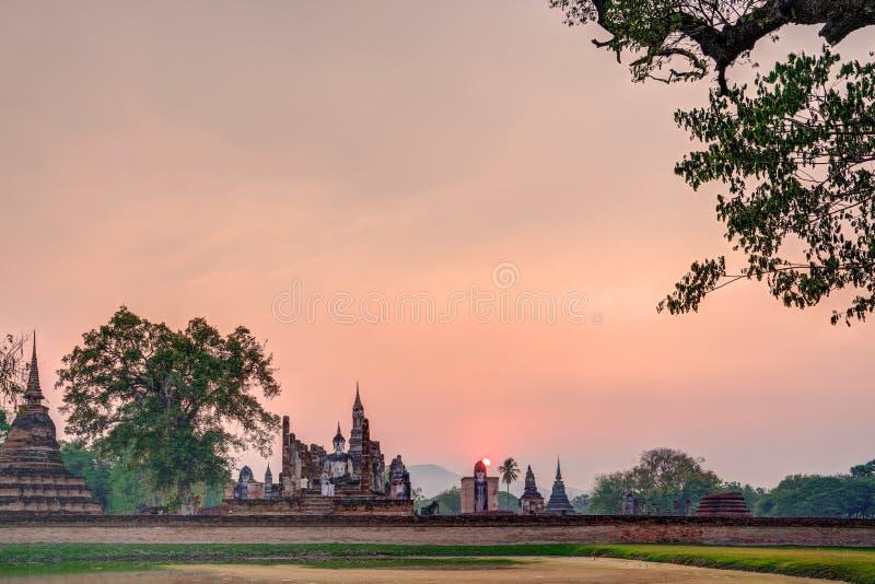 Por do sol sobre Wat Maha That, Sukhothai, Tailândia fotografia de stock