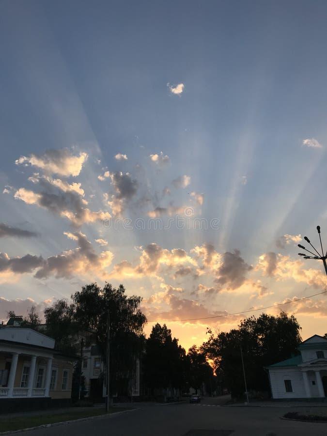 Por do sol surpreendente com raios do sol imagem de stock royalty free