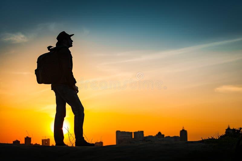 Por do sol surpreendente de observação da silhueta do viajante imagem de stock