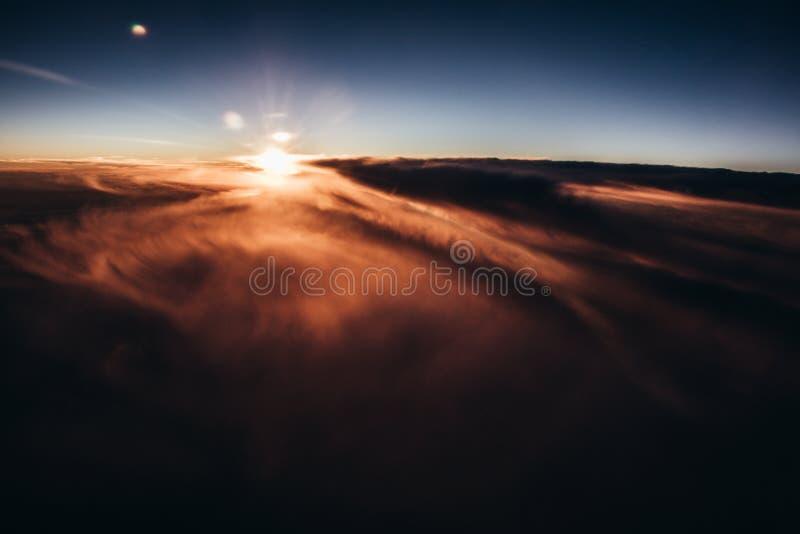 Por do sol surpreendente e bonito acima das nuvens com nuvens dramáticas imagem de stock royalty free