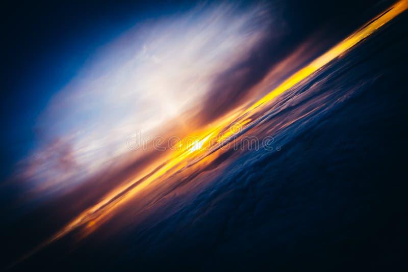 Por do sol surpreendente e bonito acima das nuvens com nuvens dramáticas foto de stock royalty free