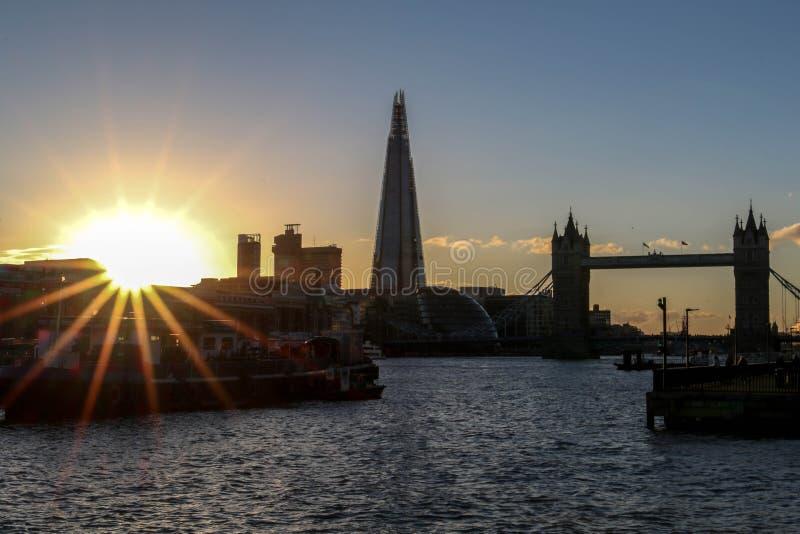 Por do sol surpreendente em Londres contra o contexto da ponte da torre e do estilhaço foto de stock royalty free
