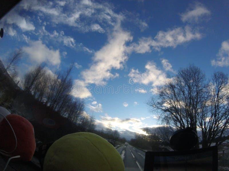 Por do sol surpreendente na estrada imagens de stock royalty free