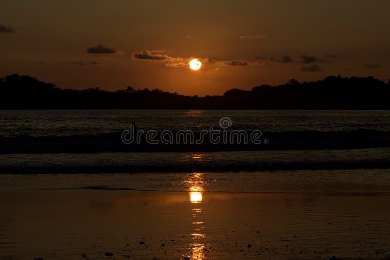 Por do sol surpreendente na praia de Carrillo de Costa Rica foto de stock