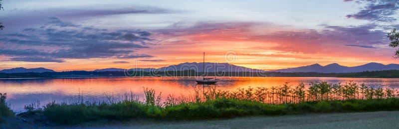 Por do sol surpreendente no Loch Linnhe com ilha de Shuna e Ardnamurchan no fundo, Argyll foto de stock royalty free