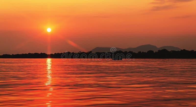 Por do sol surpreendente no rio de Paraguai em Pantanal, Brasil fotos de stock royalty free