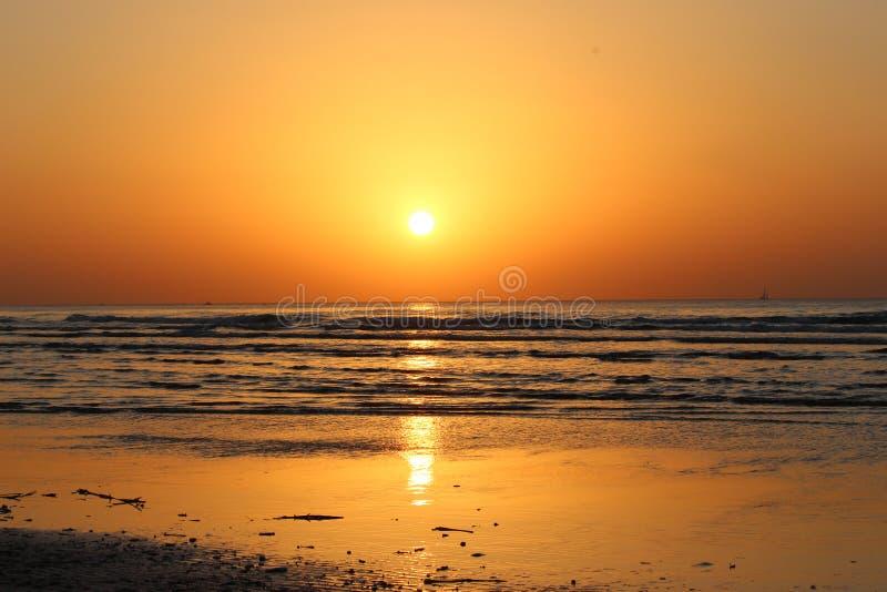 Por do sol surpreendente do porto de Telavive fotografia de stock royalty free