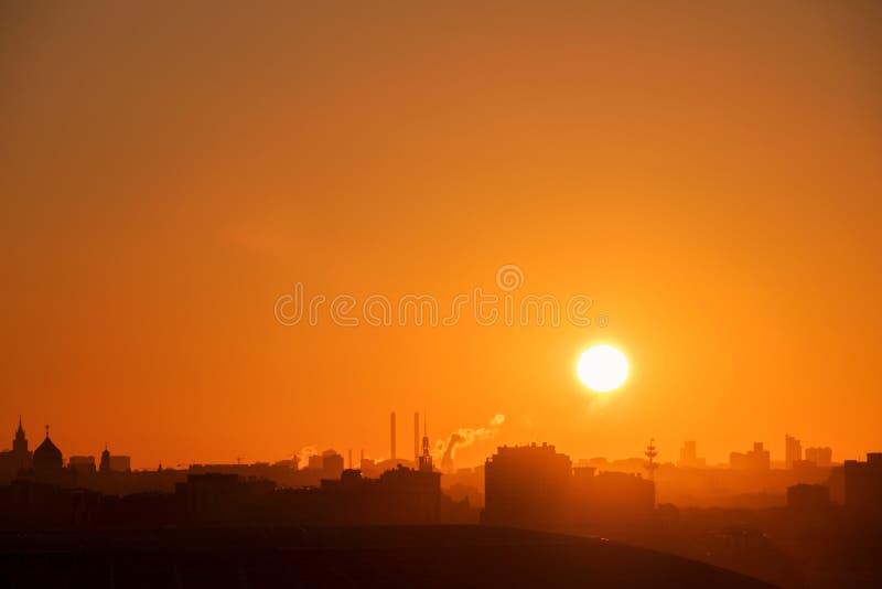 Por do sol surpreendente sobre a cidade fotos de stock