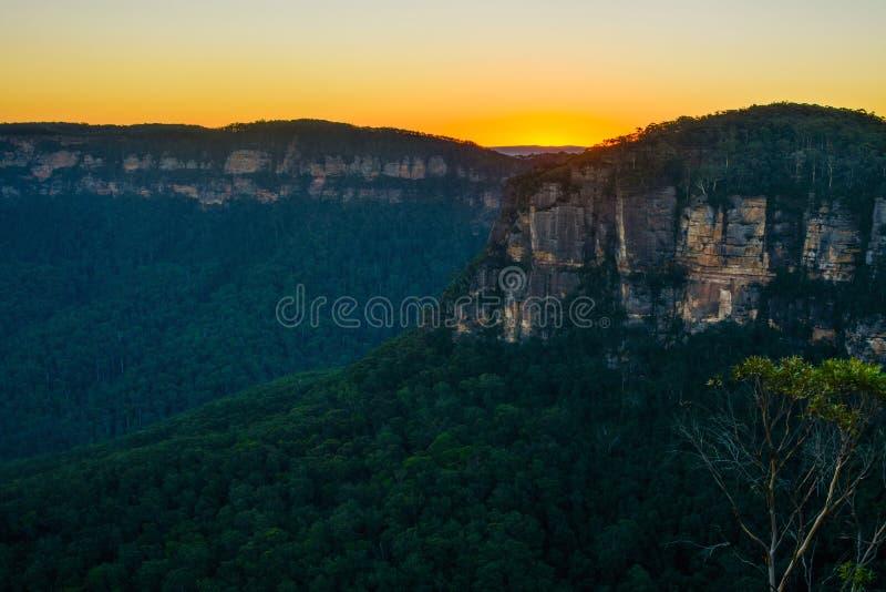 Por do sol surpreendente sobre Jamison Valley nas montanhas azuis de Novo Gales do Sul, Austrália imagem de stock