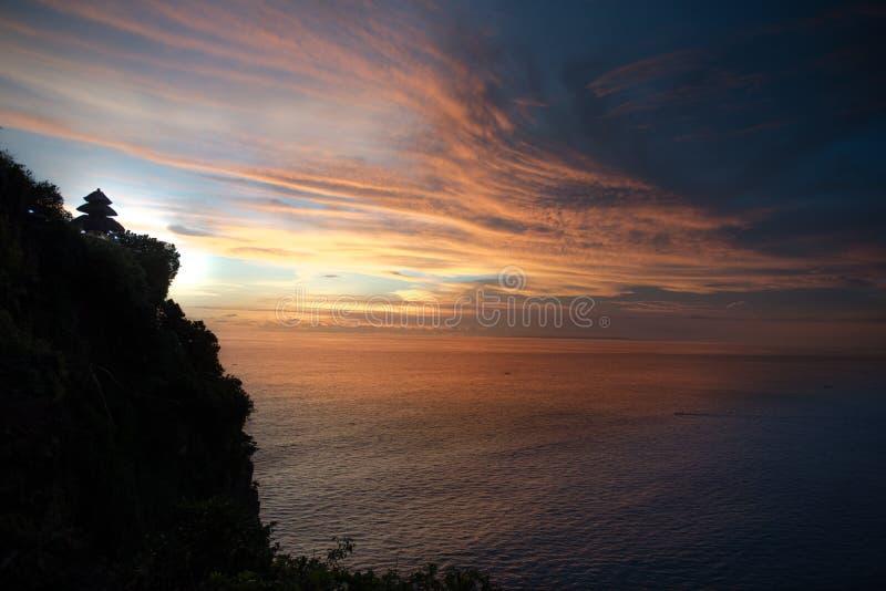 Por do sol do templo de Uluwatu fotografia de stock