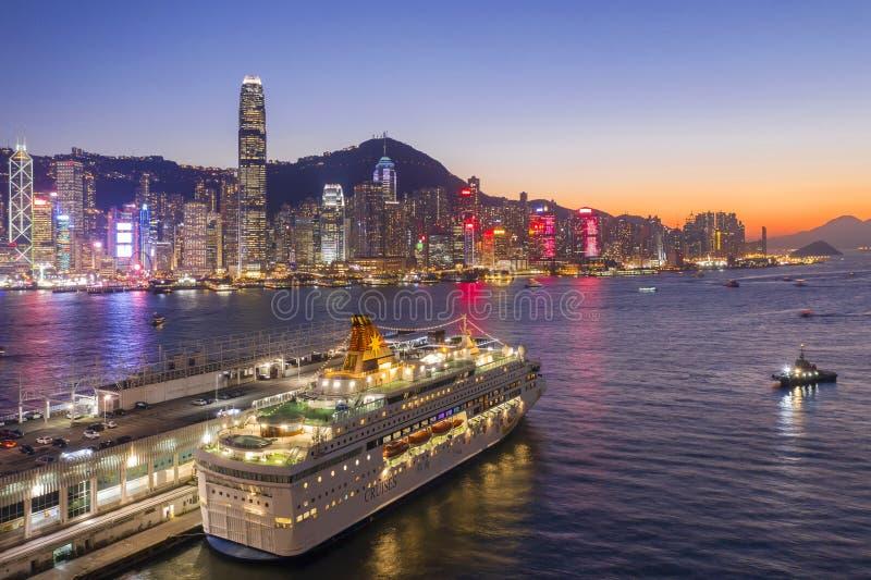 Por do sol do terminal e da Victoria Harbour do oceano de Hong Kong imagem de stock royalty free