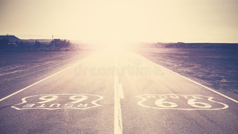 Por do sol tonificado retro do filme velho sobre Route 66, EUA fotos de stock royalty free