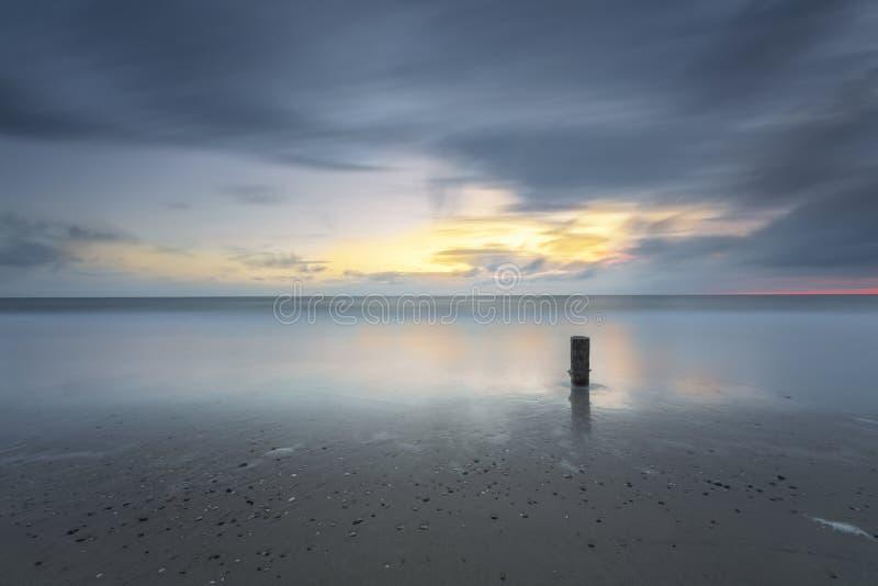 Por do sol tormentoso do Seascape na exposição longa foto de stock royalty free