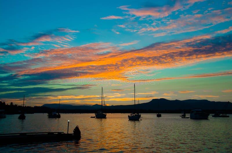 Por do sol tormentoso na baía de Cowichan imagem de stock royalty free