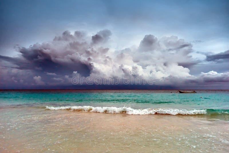 Por do sol tormentoso no mar das caraíbas imagem de stock royalty free