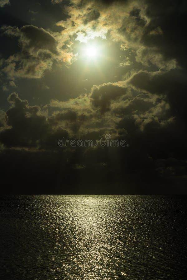 Por do sol tormentoso sobre as Caraíbas fotos de stock royalty free