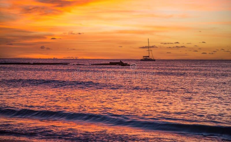 Por do sol tropical com o iate no horizonte foto de stock royalty free