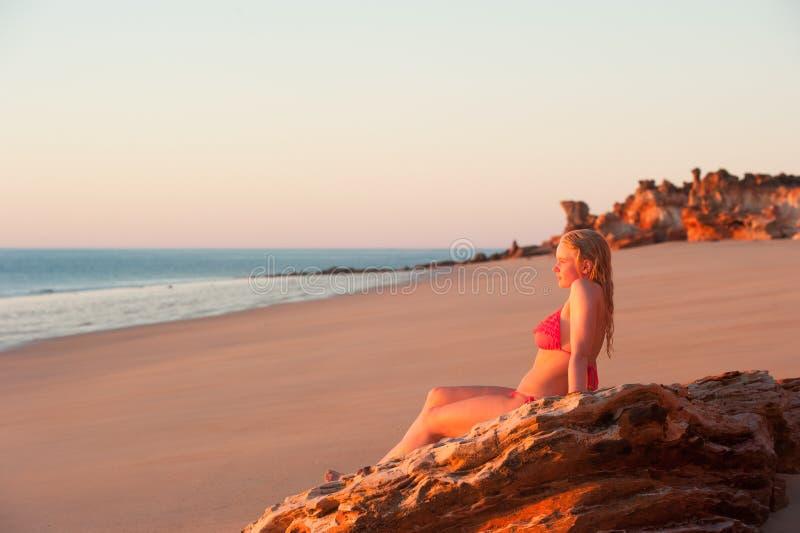Por do sol tropical da praia da jovem mulher relaxado foto de stock