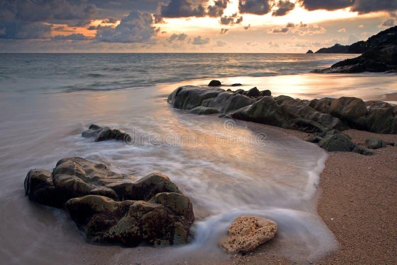 Por do sol tropical na praia de Kalim em Phuket fotografia de stock