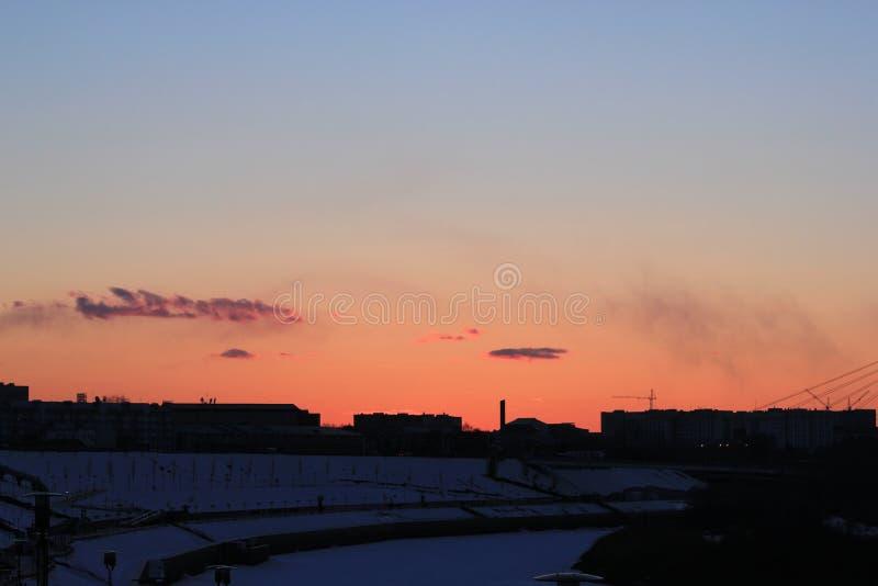 Por do sol Tura Embankment Tyumen Russo Sibéria fotografia de stock royalty free