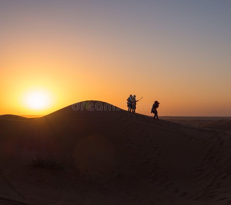 Por do sol UAE de Selfie do deserto de Dubai imagem de stock royalty free