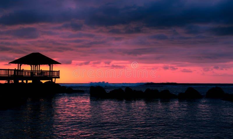 Por do sol ultravioleta sobre o oceano