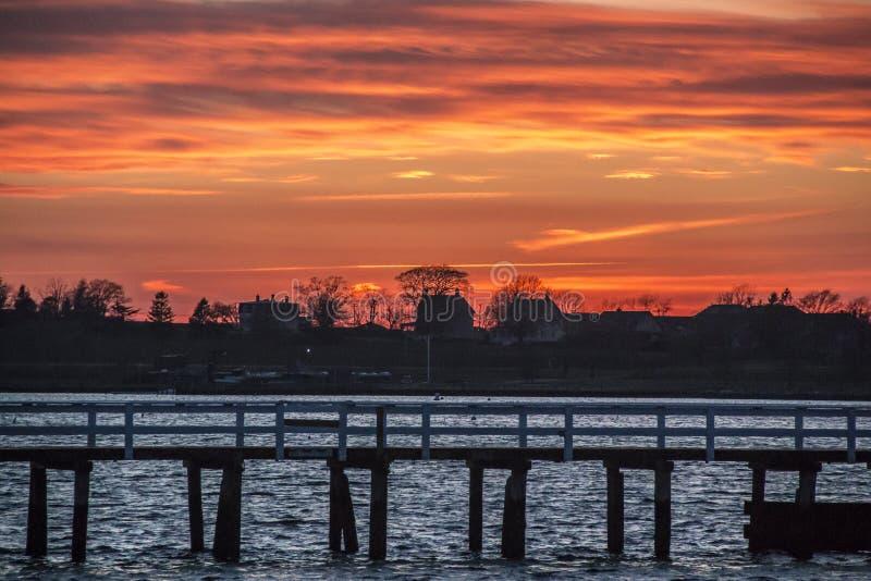 Por do sol por um cais em Newport Rhode - ilha imagem de stock