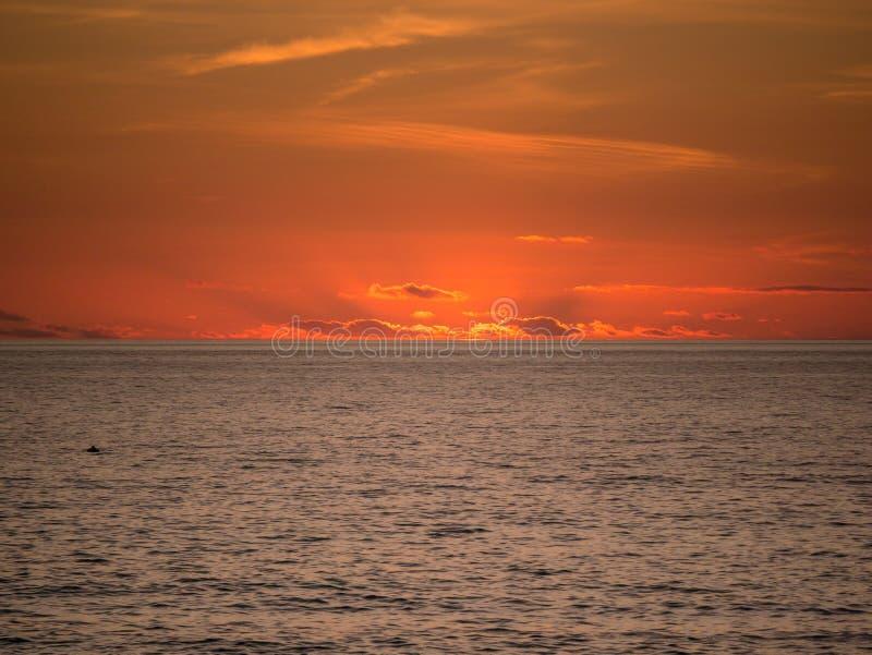 Por do sol vívido bonito sobre o Oceano Atlântico de Povoa de Varzim, Porto, Portugal imagem de stock royalty free
