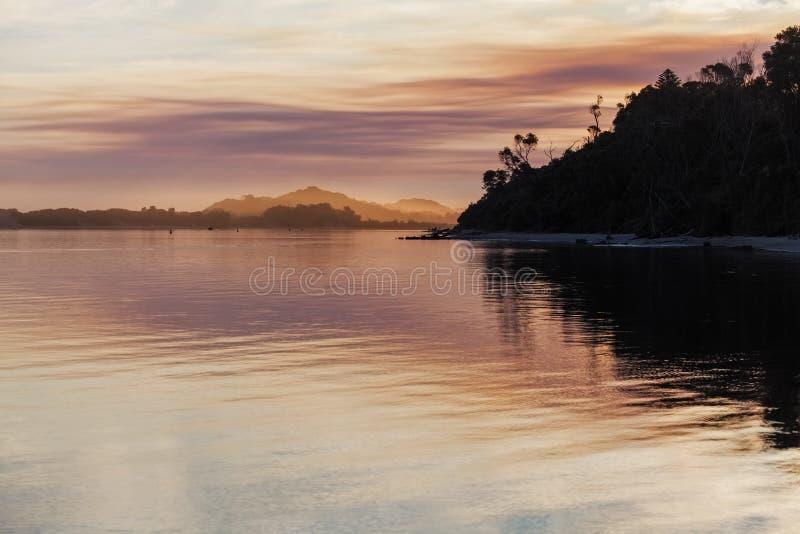Por do sol vívido, estuário nevado do rio, Victoria, Austrália fotografia de stock