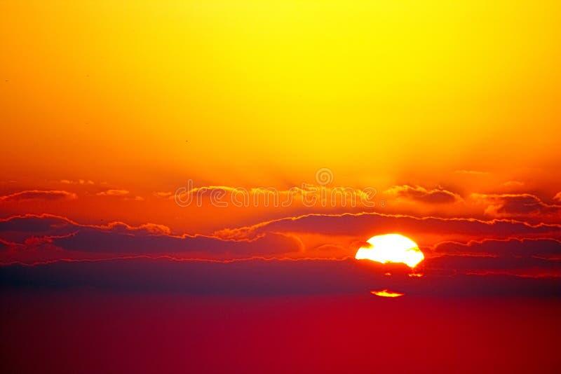 Por do sol vívido ou nascer do sol vermelho e amarelo foto de stock royalty free