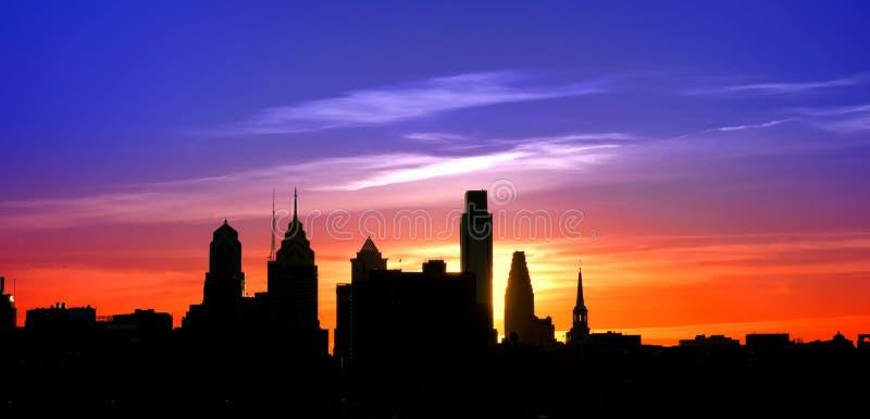 Por do sol velho da arquitetura da cidade da silhueta da cidade de Philadelphfia imagens de stock