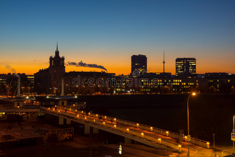 Por do sol velho da cidade de Vilnius, Lituânia fotografia de stock