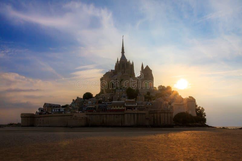 Por do sol do verão do Le Mont Saint-Michel imagens de stock