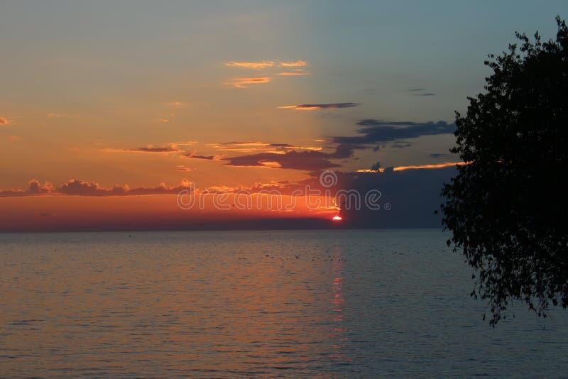 Por do sol, verão, por do sol pelo mar imagem de stock