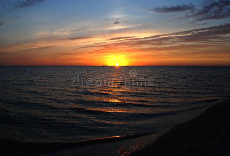 Por do sol do verão sobre o mar imagens de stock royalty free