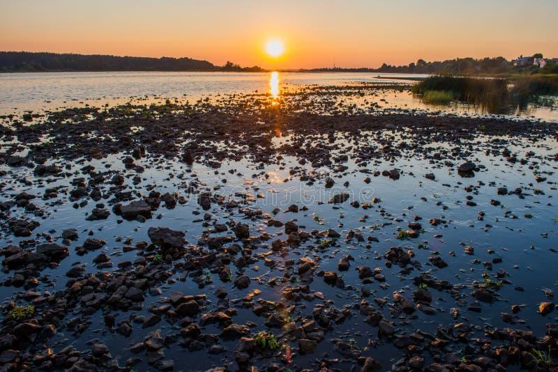 Por do sol do verão sobre o rio do Daugava, Riga Letónia imagens de stock royalty free