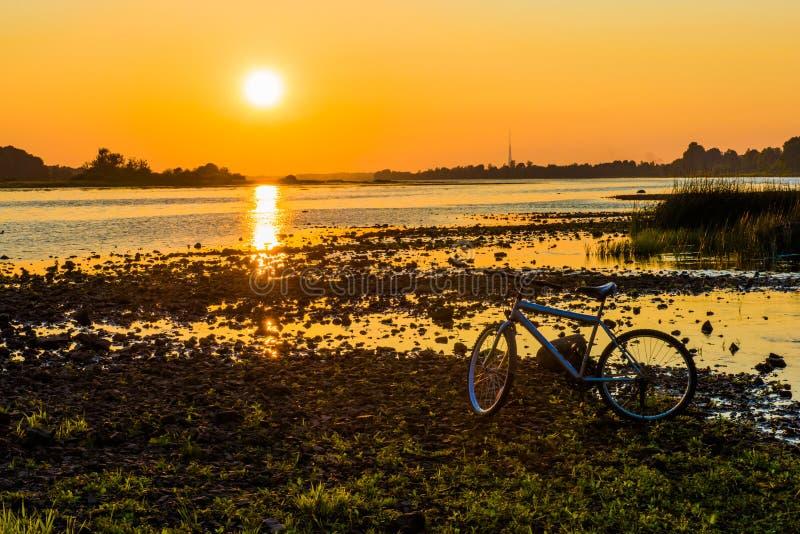 Por do sol do verão sobre o rio do Daugava, Riga Letónia imagens de stock