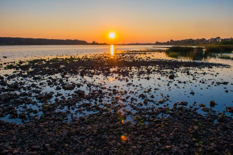 Por do sol do verão sobre o rio do Daugava, Riga Letónia imagem de stock