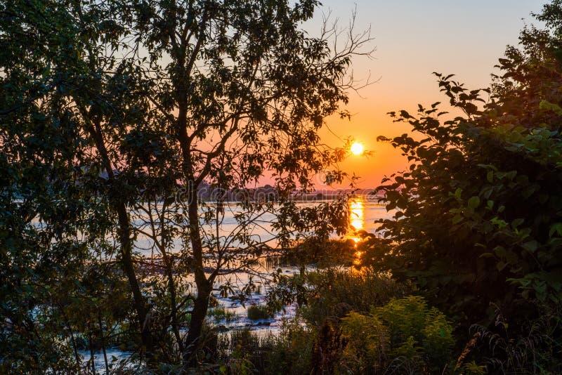 Por do sol do verão sobre o rio do Daugava, Riga Letónia fotos de stock royalty free