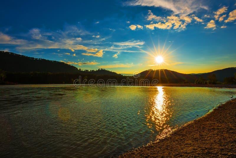Por do sol do verão sobre o rio Katun República de Altai, Sibéria sul, Rússia fotos de stock royalty free