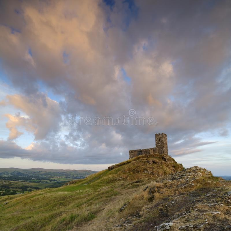 Por do sol do ver?o sobre Brentor, com a igreja de St Michael de Rupe - St Michael da rocha, na borda do nacional de Dartmoor fotografia de stock royalty free