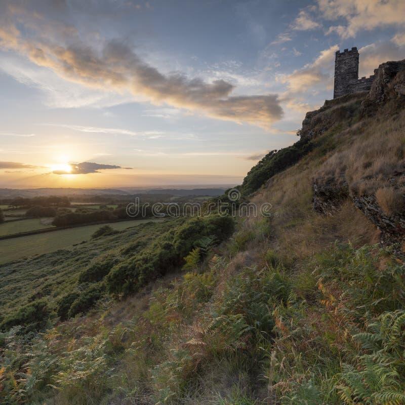 Por do sol do ver?o sobre Brentor, com a igreja de St Michael de Rupe - St Michael da rocha, na borda do nacional de Dartmoor imagem de stock