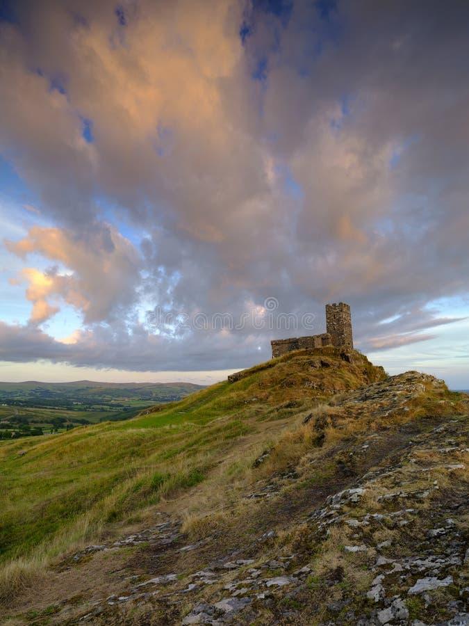 Por do sol do ver?o sobre Brentor, com a igreja de St Michael de Rupe - St Michael da rocha, na borda do nacional de Dartmoor fotografia de stock